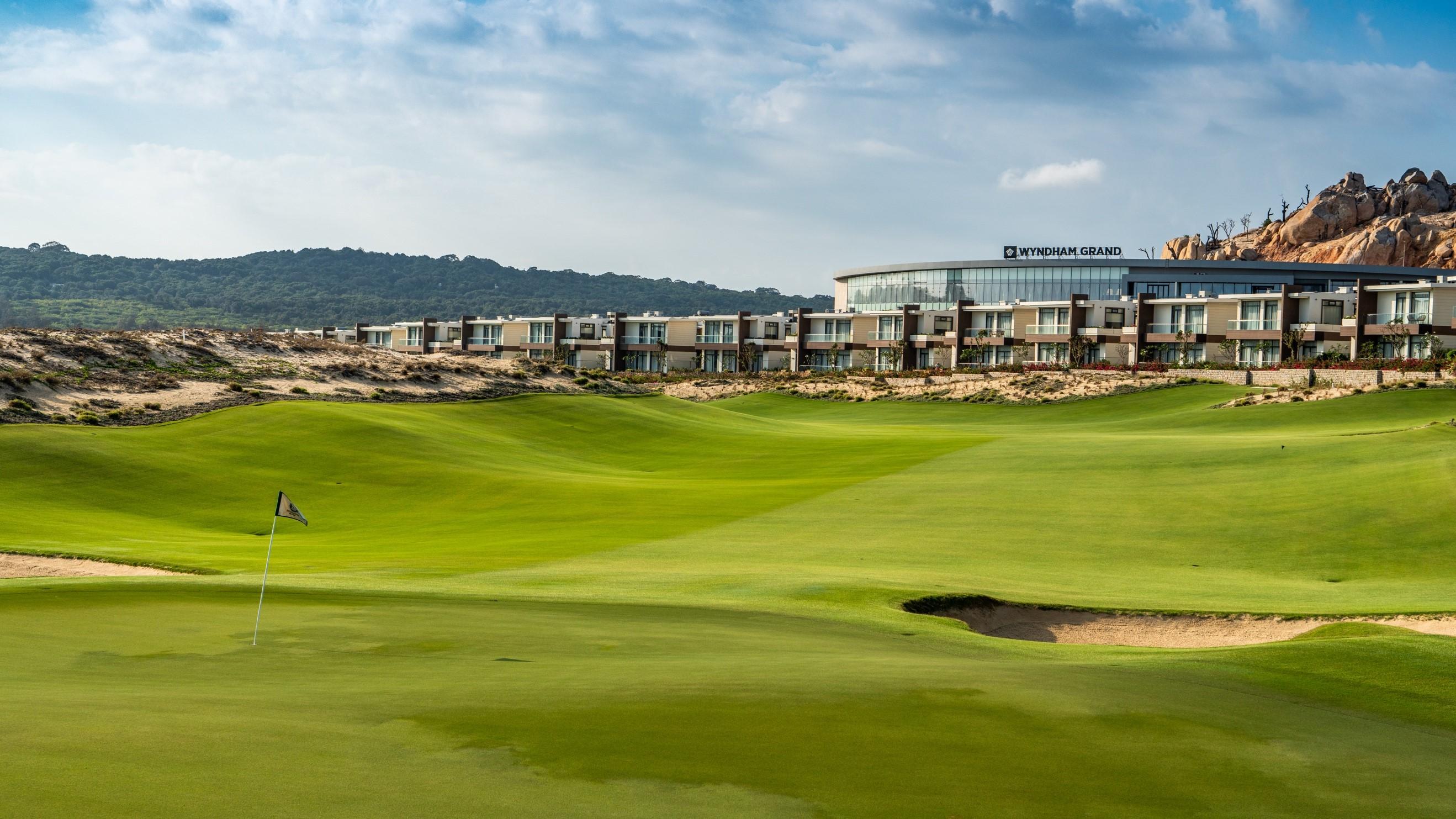 Cơ hội sở hữu nhà phố biển kề sân golf, biệt thự triệu đôla 1